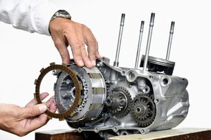 オートバイエンジンの整備の写真素材 [FYI00736955]
