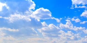 青い空と白いたくさんの雲の写真素材 [FYI00736973]