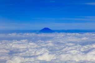 8月、夏、雲上の富士山の写真素材 [FYI00737086]