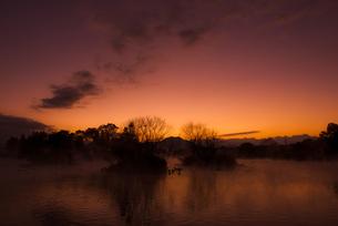 水辺の夜明けの写真素材 [FYI00737164]