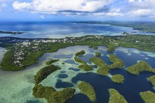 パラオ コロールの街並みとサンゴ礁の入り江の写真素材 [FYI00737556]