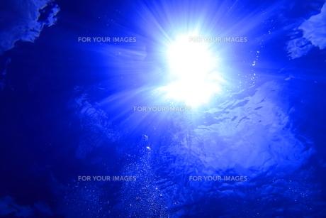 水中から見上げた太陽光とバブルの写真素材 [FYI00737955]