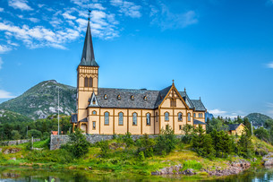 picturesque lofoten cathedral on lofoten islands in norwayの写真素材 [FYI00738669]