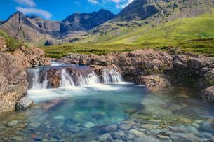 small waterfall on the isle of skye in scotlandの写真素材 [FYI00739404]