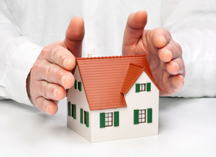hands protecting a houseの写真素材 [FYI00739444]