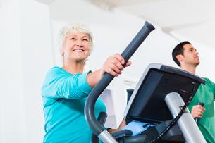 senior on eliptical trainer makes sportの素材 [FYI00739471]