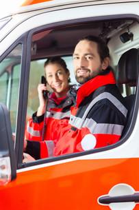 notartzt and paramedic driving ambulanceの写真素材 [FYI00740102]