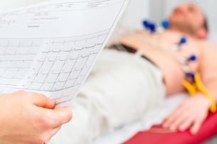 doctor checks patient ecg in medical practiceの写真素材 [FYI00740105]
