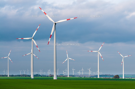 wind farm on a windy day,wind energy,power generation,wind turbines in actionの写真素材 [FYI00740776]