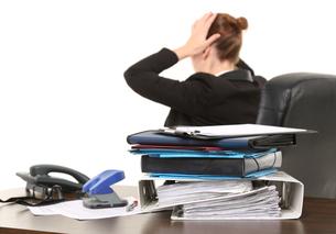 woman desperately in officeの素材 [FYI00740947]