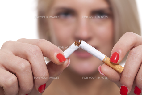 young blonde woman breaks a cigarette stop smokingの素材 [FYI00740989]