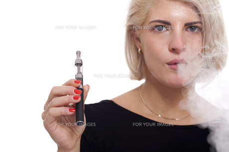 young woman smoking a e-cigarette with blonde hair portraitの素材 [FYI00740992]