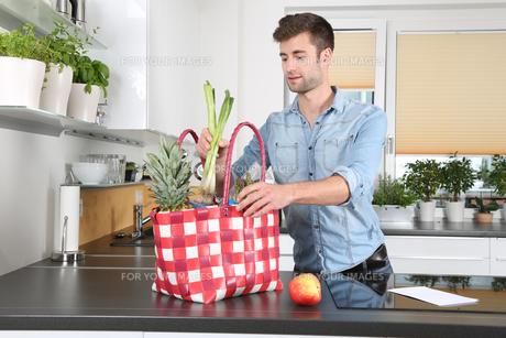 man in the kitchenの素材 [FYI00741044]