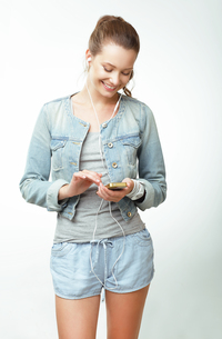 Young Woman in Jeans with Smartphoneの写真素材 [FYI00741286]