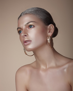 Portrait of Gorgeous Woman with Earringsの写真素材 [FYI00741299]
