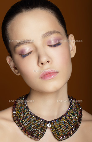 Dreamy Woman with Closed Eyes and Ornamental Necklaceの写真素材 [FYI00741309]