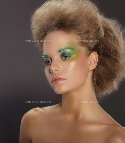 Portrait of Young Woman with Creative Makeupの写真素材 [FYI00741319]