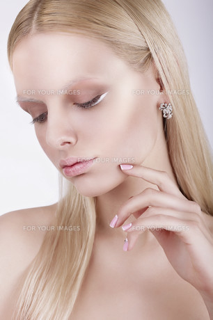 Portrait of Thoughtful Gorgeous Blond Womanの写真素材 [FYI00741322]