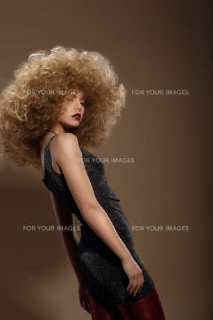 Haute Couture. Fashion Woman with Fancy Hairstyleの素材 [FYI00741325]