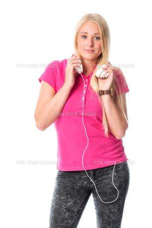blond girl with headphonesの写真素材 [FYI00741420]