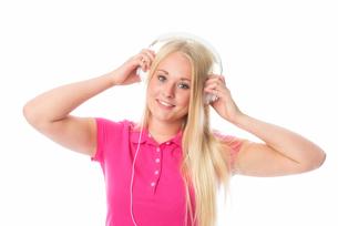 pretty blond girl with headphonesの写真素材 [FYI00741422]