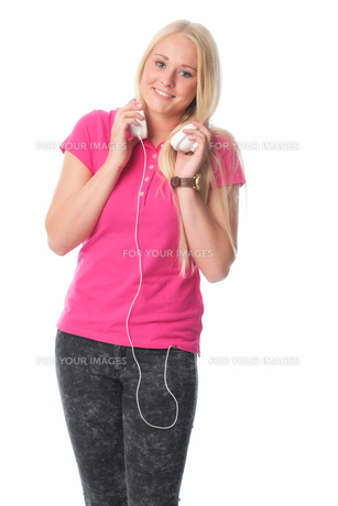 blond girl with headphonesの写真素材 [FYI00741430]