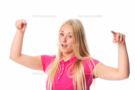 young blond woman conducts her fingersの素材 [FYI00741451]