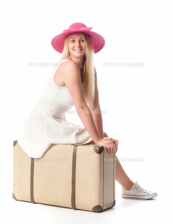 girl sitting on a suitcase and waitingの素材 [FYI00741480]