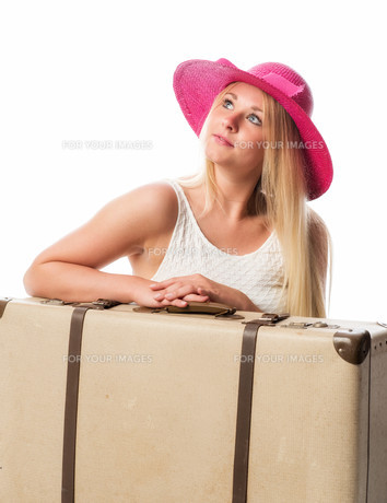 girls sitting in front of suitcases and looking dreamilyの素材 [FYI00741485]