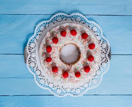 lemon raspberry cake on blue woodの素材 [FYI00741634]