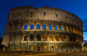 colosseum at night in romeの写真素材 [FYI00741751]