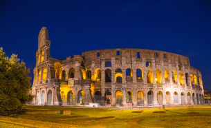 colosseum at night in romeの写真素材 [FYI00741767]