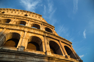 colosseum in rome by day with blue skyの写真素材 [FYI00741775]