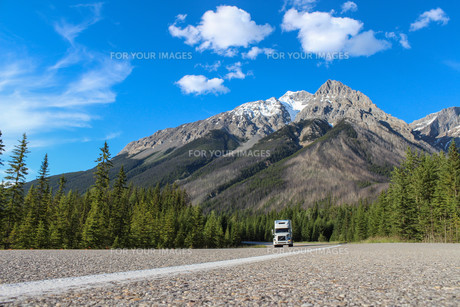 white truck driving through canadian rocky mountains during summerの写真素材 [FYI00741820]