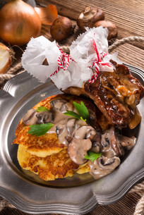 grilled ribs with potato pancakesの写真素材 [FYI00741885]
