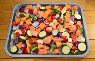 Chopped raw vegetables - suitable for roastingの写真素材 [FYI00742033]