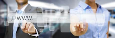 Man and woman using digital interfaceの素材 [FYI00742169]