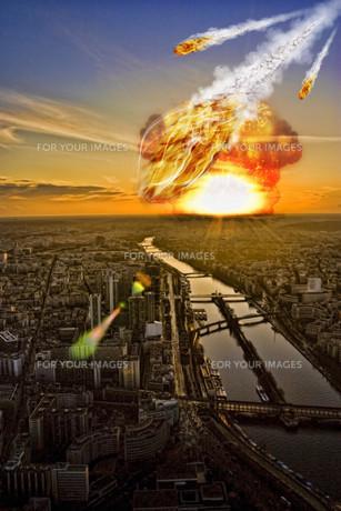 Meteorite shower over a cityの写真素材 [FYI00742178]