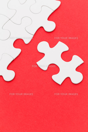 Incomplete white puzzle with red color backgroundの写真素材 [FYI00742331]
