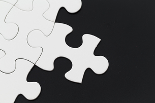Plain white jigsaw puzzle on Black backgroundの写真素材 [FYI00742339]