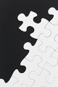 Puzzle on black backgroundの写真素材 [FYI00742344]