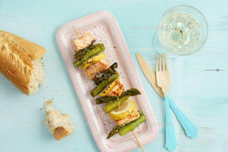 grill skewers with green asparagus and salmonの写真素材 [FYI00742514]