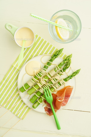 green asparagus skewers with spaghettiの写真素材 [FYI00742530]