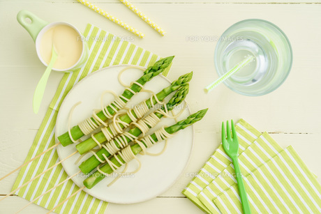 green asparagus skewers with spaghettiの写真素材 [FYI00742533]