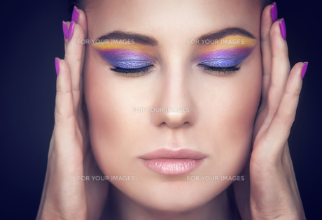 Beautiful woman face with colorful makeupの写真素材 [FYI00742653]