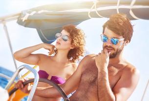 Happy lover driving sailboatの写真素材 [FYI00742656]