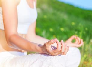 Doing yoga outdoorsの素材 [FYI00742676]