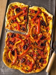rustic italian thin crust vegetarian pizzaの写真素材 [FYI00742683]