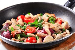 Chicken vegetable stir fryの写真素材 [FYI00742706]
