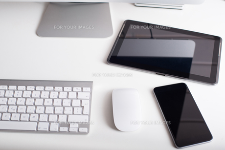 Wireless keyboard, mouse, tablet and smartphoneの写真素材 [FYI00742729]